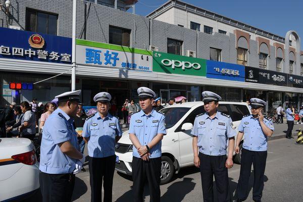 包头市公安局交管支队支队长徐振鹏等领导一行到市区考点检查指导高考交通安保工作